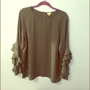 Beautiful Blouse with ruffle sleeves